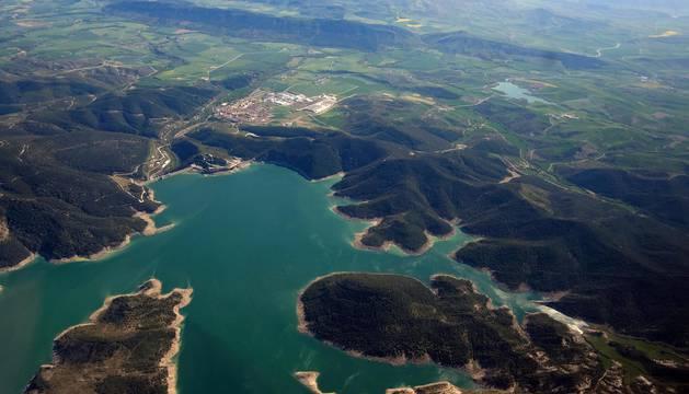 La infraestructura de regadío está transformando el paisaje. Así se ve desde el aire en su primera fase, de Itoiz a Pitillas.