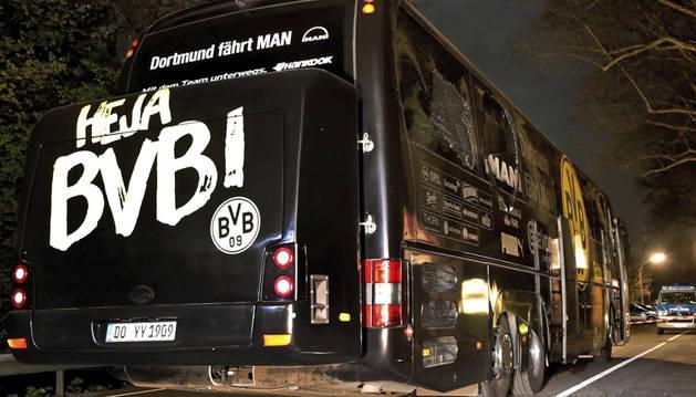 Foto del autobús del equipo Borussia Dortmund tras las tres explosiones en Dortmund (Alemania).