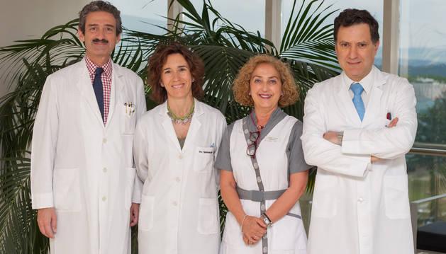 Los doctores Bruno Sangro (Dir. Hepatología) y Mercedes Iñarrairaegui  (Hepatología), la enfermera Carmen Fuertes (Hepatología) y el Dr. Ignacio Melero (Codir. Inmunología e Inmunoterapia).