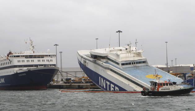 El temporal hunde un barco en Algeciras