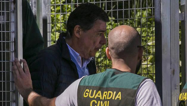 Imagen del expresidente de la Comunidad de Madrid Ignacio González (izda) es trasladado por la Guardia Civil a la Audiencia Nacional para declarar.