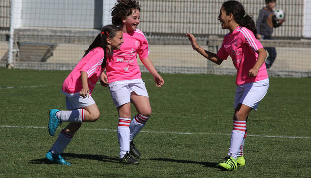 Jugadoras de San Miguel Doneztebe celebran un gol.