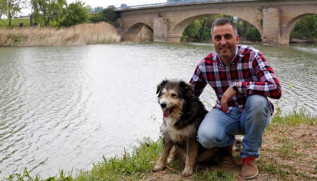 Imagen de Paul Ocáriz Induráin con su perro 'Pincho', junto al río Arga en Berbinzana.