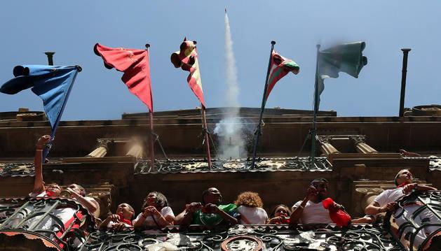La ikurriña ondea junto a las banderas oficiales en el balcón central del Ayuntamiento de Pamplona, en el chupinazo de 2015, el primero tras la elección de Joseba Asirón, de EH Bildu, como alcalde de la capital.