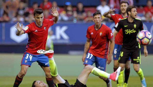 Buñuel ante Burgui durante una jugada del partido