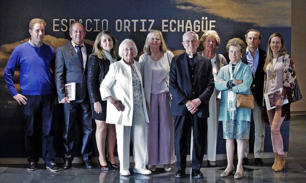 De izquierda a derecha:Javier Ortiz-Echagüe (nieto de José Ortiz Echagüe), José Seghers Ortiz-Echagüe (nieto), María Ángeles Aguilar (nieta política), Teresa Ortiz-Echagüe (hija), Teresa Seghers Ortiz-Echagüe (nieta), César Ortiz-Echagüe (hijo), María Cristina Cabanas (sobrina), Mery Rifé (sobrina política), Álvaro Ortiz-Echagüe (sobrino nieto) y Belén Tiagonce (sobrina nieta política), el sábado, en el Espacio Ortiz Echagüe del Museo Universidad de Navarra, en Pamplona.