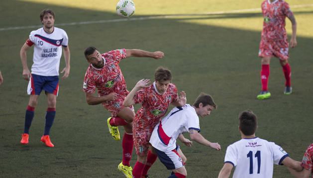 Eztieder cae después de intentar ganar el duelo aéreo ante dos jugadores visitantes. Carles se acabó llevando el balón.