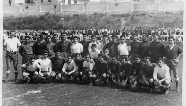 Osasuna y Chantrea posan en el campo de las instalaciones del barrio pamplonés en un amistoso jugado en agosto de 1959, antes de comenzar aquella fatídica temporada de goles encajados.