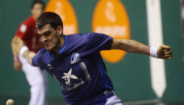 Joseba Ezkurdia resta una pelota