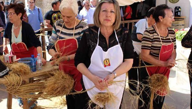 La plaza de la Diputación de Sesma se llenó este domingo con más de 2.000 visitantes que se acercaron para  saber de la historia espartera de la localidad  través de Artesparto.