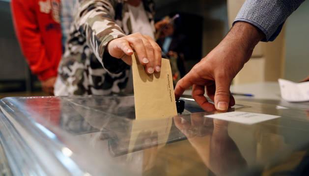 Imagen de un votante depositando su papeleta en la primera ronda de las elecciones en Francia.