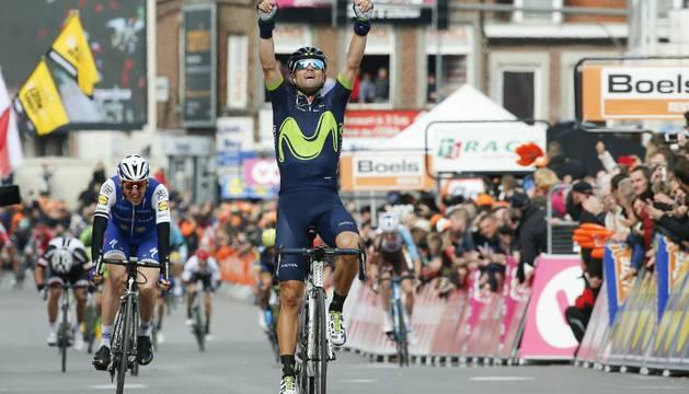 Valverde cruza la meta en la ciudad belga de Lieja