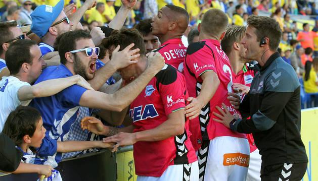 Los jugadores del Deportivo Alavés celebran el  gol del equipo vitoriano frente a Las Palmas.