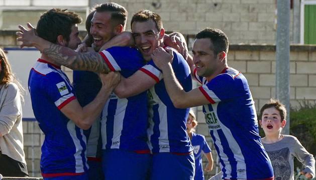 Los jugadores del Izarra celebran en piña el gol de Yoel Sola