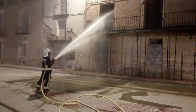 Varios bomberos apagan el fuego de la cooperativa de Milagro.