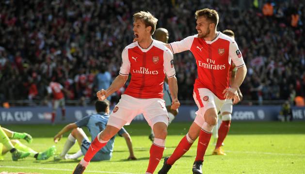 Nacho Monreal celebra su gol de ayer en Wembley junto a Ramsey.