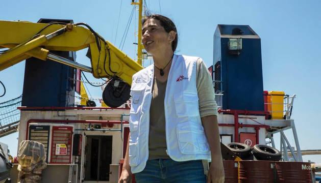 Paula Farias, junto al Dignity I, uno de los barcos de salvamento de Médicos Sin Fronteras en el Mediterráneo.