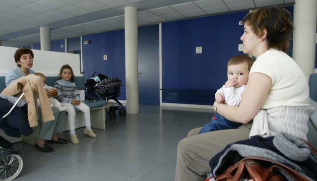 Imagen de un grupo de personas esperando su turno en la sala de espera del centro de salud de la Rochapea.
