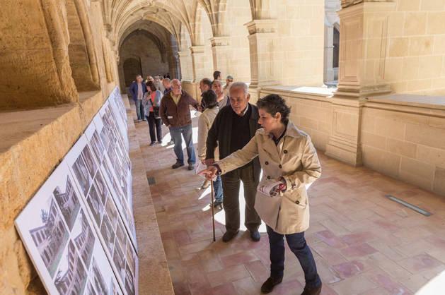Imagen de visitantes al claustro el día de puertas abiertas para los vecinos de Fitero antes de su apertura al público.