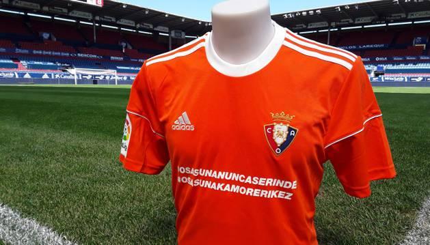 Imagen de la equipación que lucirá Osasuna en Barcelona