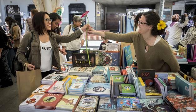 Numeroso puestos de librerías ofrecieron descuentos a los navarros en la Avenida Carlos III