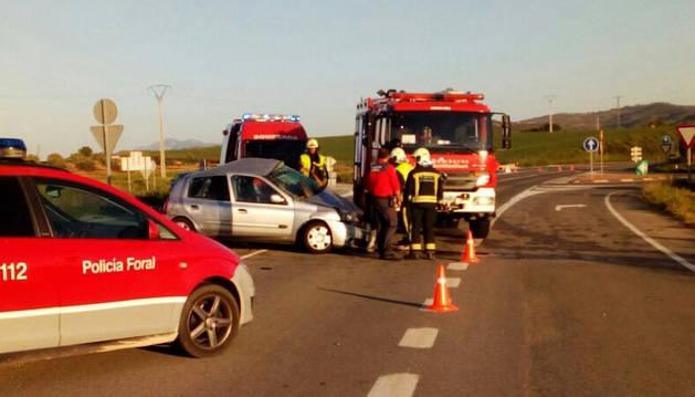Una conductora de 30 años ha resultado herida de gravedad tras una colisión frontolateral ocurrida en Allo. En el suceso se han visto implicados un camión y un turismo, en el que viajaba una mujer. Se trata del cruce de la NA122 (Estella-Andosilla) con la NA666 (Allo-Sesma), kilómetro 12.