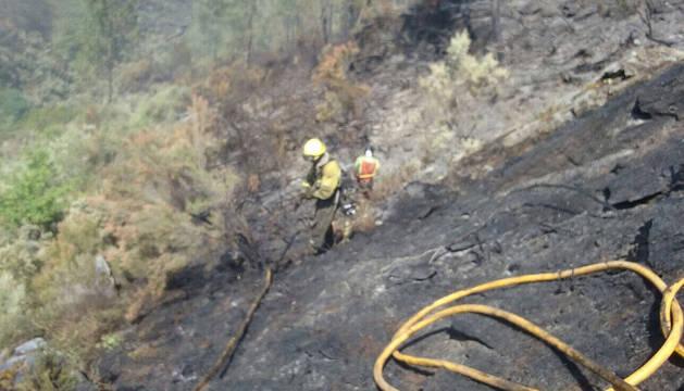 Varios efectivos de bomberos trabajando en el incendio de Grandas de Salime (Asturias).