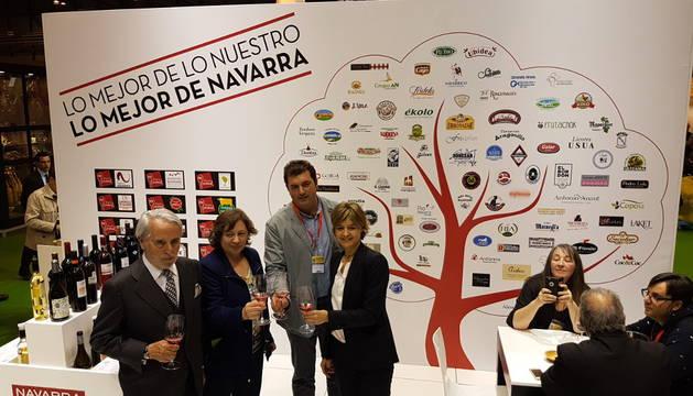 La consejera Isabel Elizalde con la ministra, Isabel Tejerina, el responsable de la DO Navarra y el presidente del grupo Gourmet.