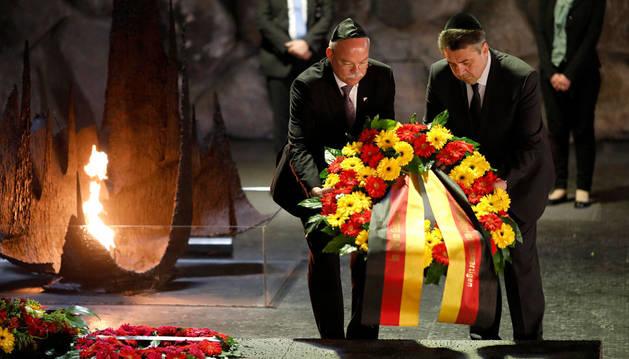 Imagen del ministro de Exteriores alemán y el embajador alemán en Israel colocando una corona de flores en el museo del Holocausto de Jerusalén.