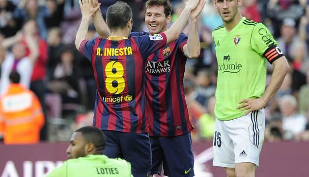 Iniesta y Messi celebran un gol ante la desesperación de Lotiès y Oier.
