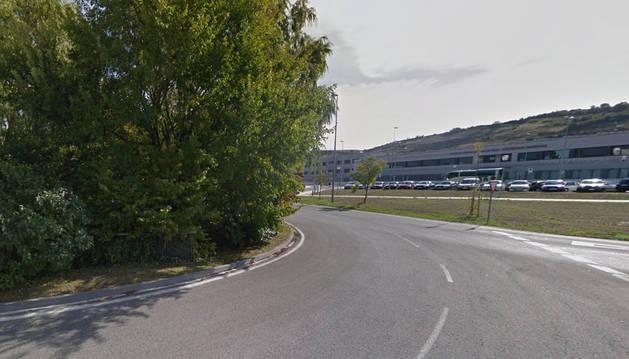 Un ciclista, herido leve tras ser atropellado en Sarriguren, en la rotonda de Maristas