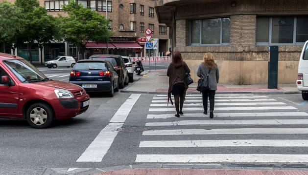 Imagen de dos mujeres atravesando el paso de peatones situado en la calle Navarro Villoslada.