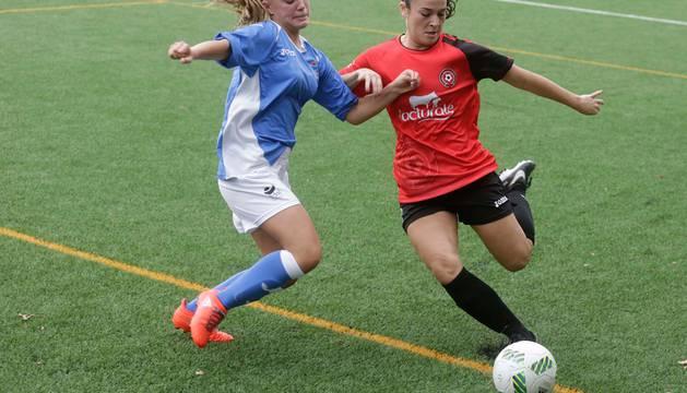 Alba Gil (Ardoi) y Naiara (Mulier) pelean por el balón en su encuentro de la primera vuelta.