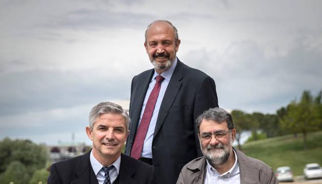 De pie, Fernando de la Puente; sentados, Juan Carlos Pardo y Joan Fontcuberta.