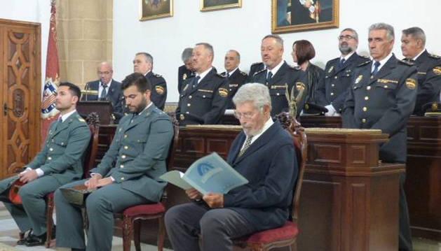 Imagen de los dos agentes en el homenaje recibido en Rota (Cádiz).