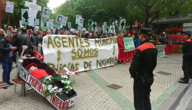 Imagen de la concentración de policías ante el Parlamento de esta mañana.