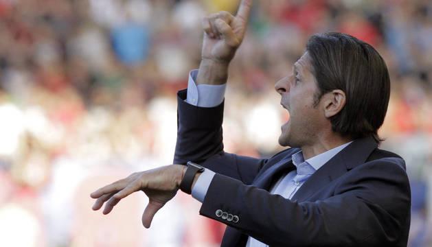 Vasiljevic da instrucciones a sus jugadores durante el partido del sábado contra el Sporting