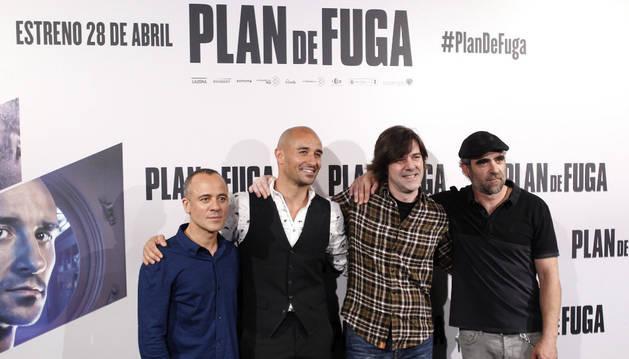 Imagen del director de cine Iñaki Dorronsoro (tercero por la izquierda), junto a los actores Javier Gutierrez, Alain Hernández Y Luis Tosar.