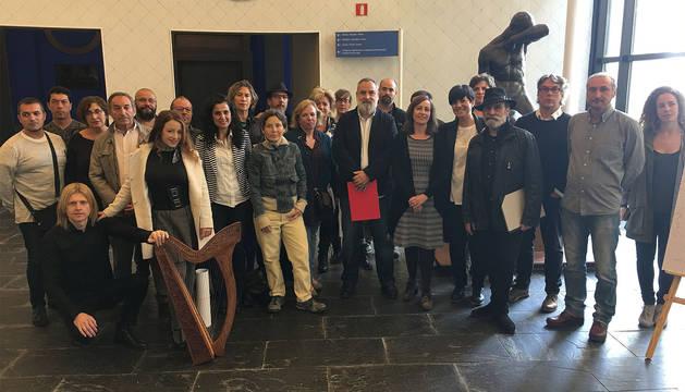 La consejera y el director general de Cultura con los artistas y colaboradores del programa Landarte.