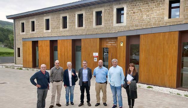 El vicepresidente Laparra posa junto a otras personas en la puerta de las instalaciones de Ilundáin.