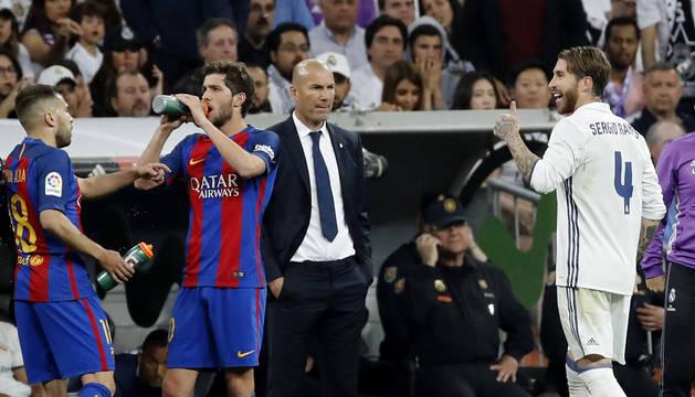 Sergio Ramos se retira a los vestuarios tras ser expulsado en el partido contra el Barcelona.
