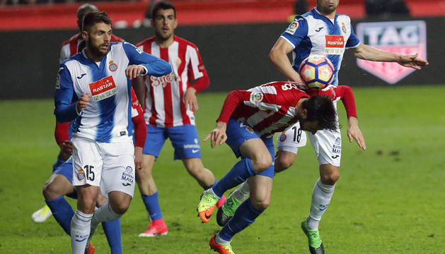 Duje Cop remata ante la oposición de los jugadores del Espanyol.