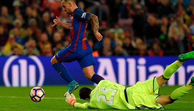 Paco Alcácer supera a Sirigu para marcar el séptimo gol del Barça.