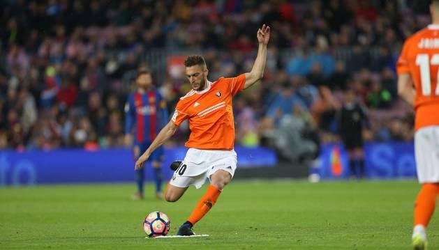Roberto Torres en el momento de lanzar la falta que supuso el 2-1 en el Camp Nou