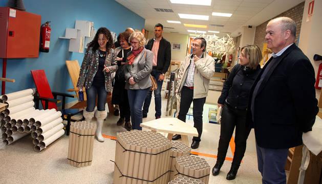 Foto de Maite Sáenz, a la izda., durante la visita de la Comisión de Educación a la Escuela de Arte de Corella.