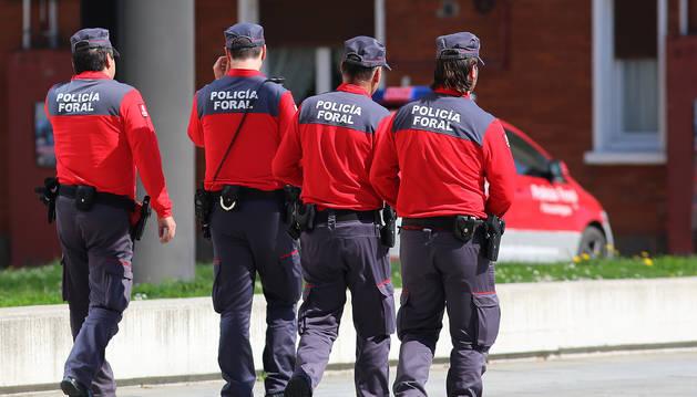 Foto de cuatro policías forales caminan en las inmediaciones del Palacio de Justicia.
