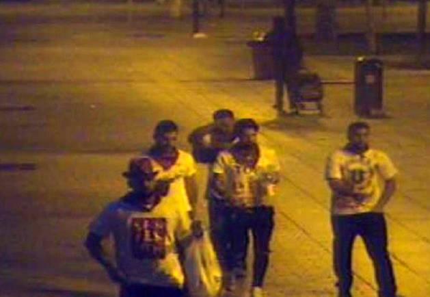 Foto de los cinco acusados caminan por Pamplona tras cometer los hechos.