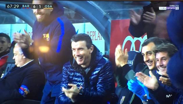 Imagen de Juan Carlos Unzué riéndose con el resto del banquillo azulgrana.