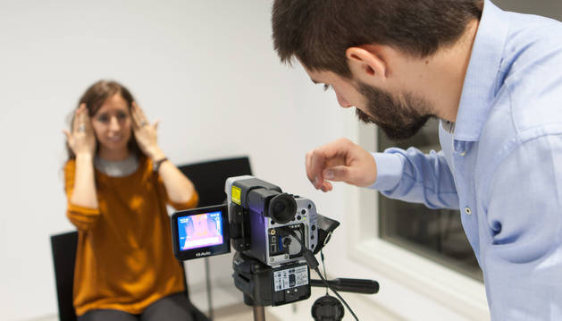 Alumnos de la facultad practican con la cámara termográfica, que muestra cambios de temperatura corporal en función de las distintas emociones. Uno de los usos para esta herramienta se encuentra en la psicología clínica.