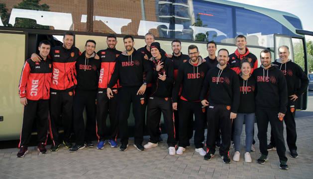 La plantilla del Kia Sakimóvil Basket Navarra viajó ayer a Granada para jugar los dos primeros encuentros del playoff.